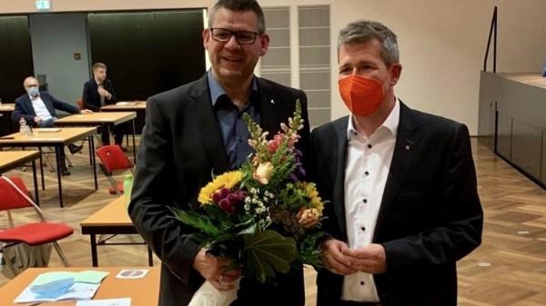 Dirk Oetzel gratuliert Friedel Lenze
